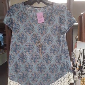 Tops - Patterned top with cap sleeves